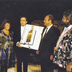 jose carreras(E) receives a painting from svetnik